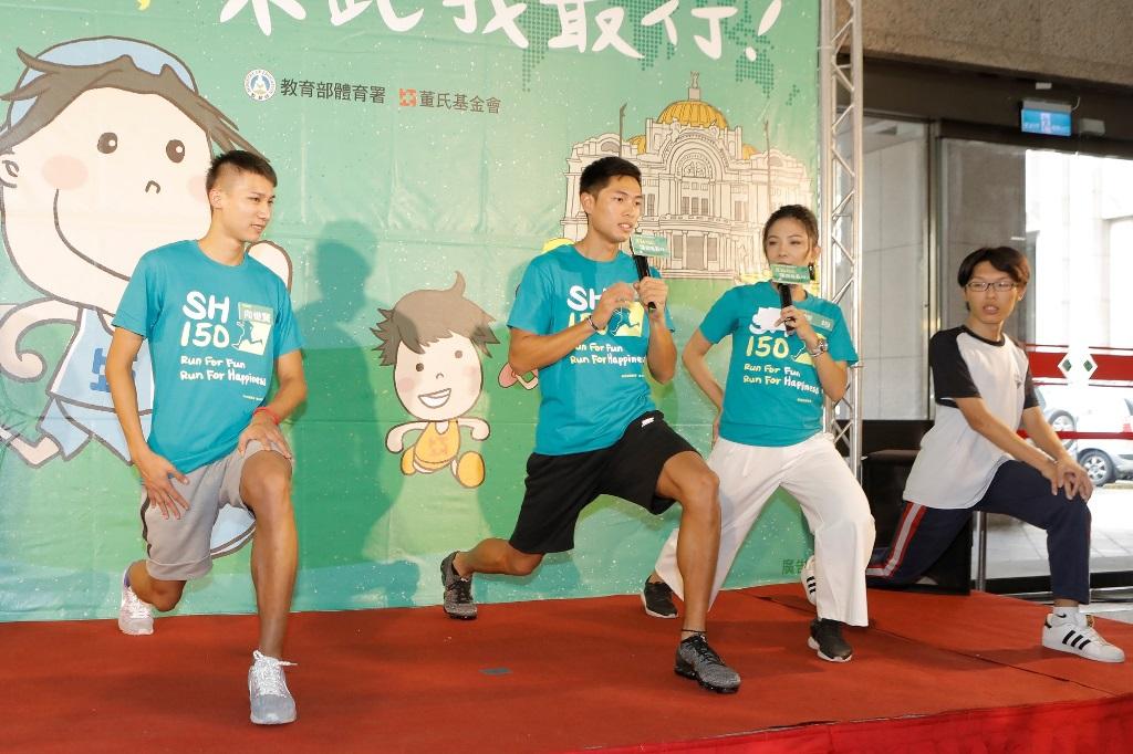 陳傑(右)及向俊賢(左)教導如何配合呼吸讓身體向上及向下伸展、單腳抱膝運動及做弓箭步動作,提醒同學不要久坐,每隔一段時間就可以站起來伸展身體!
